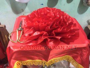 Quảng cáo in ấn Đức Cường cung cấp dịch vụ bán và cho thuê bộ dụng cụ cắt băng khai trương giá cả hợp lý, sản phẩm mới, thời gian cho thuê linh động, đảm bảo được nhu cầu thuê và mua của quý khách.  Bộ cắt băng khai trương tiêu chuẩn bao gồm: 6 món  1 Khay inox: Kích thước: 30x40cm  1 Khăn đỏ viền vàng phủ khay: Kích thước: 50x70cm  1 Dải lụa đỏ rộng 24cm  1 Bông hoa đỏ đường kính 37cm  1 Đôi găng tay trắng  1 Kéo chuôi vàng dập nổi hình rồng phượng