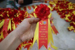 Mẫu hoa Mã Số 06: là mẫu hoa hiện đại kích thước phù hợp là mẫu hoa được chúng tôi nhập khẩu từ nước ngoài về, rất phù hợp cho các buổi lễ trọng đại như: Lễ khai trương, Lễ ra mắt sản phẩm, các buổi lễ tri ân, year end party,..  Đây là một lựa chọn hoàn hảo cho một buổi lễ mang phong cách hiện đại được nhiều đơn vị lựa chọn. Để đặt hàng mời quý vị liên hệ: Hoa cài áo đại biểu Đức Cường:  Điện thoại/Zalo: 0983716140 ( Add Zalo để trao đổi thiết kế và báo giá )  Email:quangcaoinan.vn@gmail.com  Website:Cuahangco.com  Facebook:https://www.facebook.com/Hoacaiaodaibieuvn/  Youtube:http://bit.ly/2CTAjLi