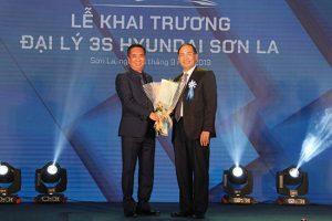 Hoa cài áo đại biểu – Công ty TNHH Hà Hường khai trương đại lý 3S Hyundai Sơn La